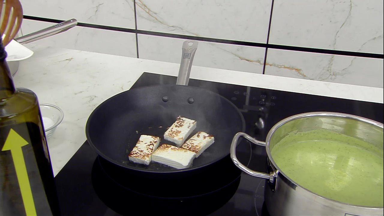 Crema de calabacín con queso salteado