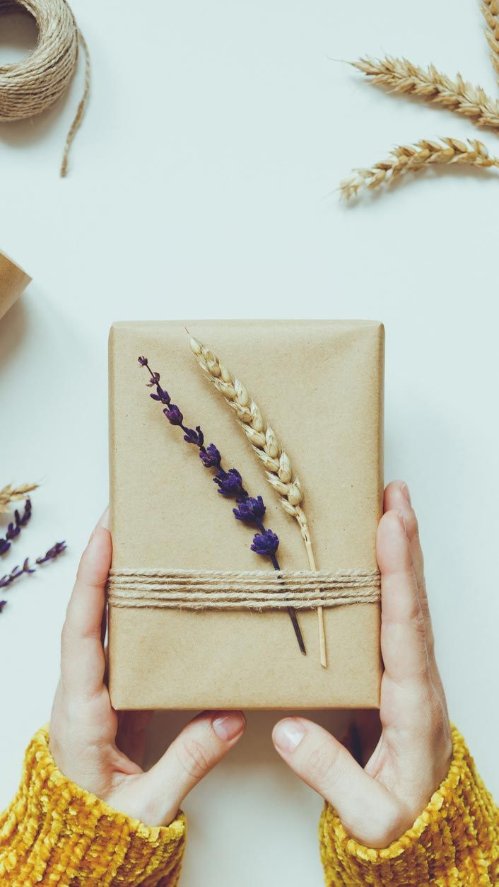 Decorar regalos con ramitas y flores secas