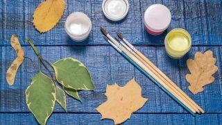 Idea 2: Pintar hojas secas (manualidad para niños)