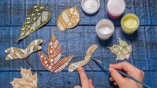 Paso 2: Pintar hojas secas (manualidad para niños)