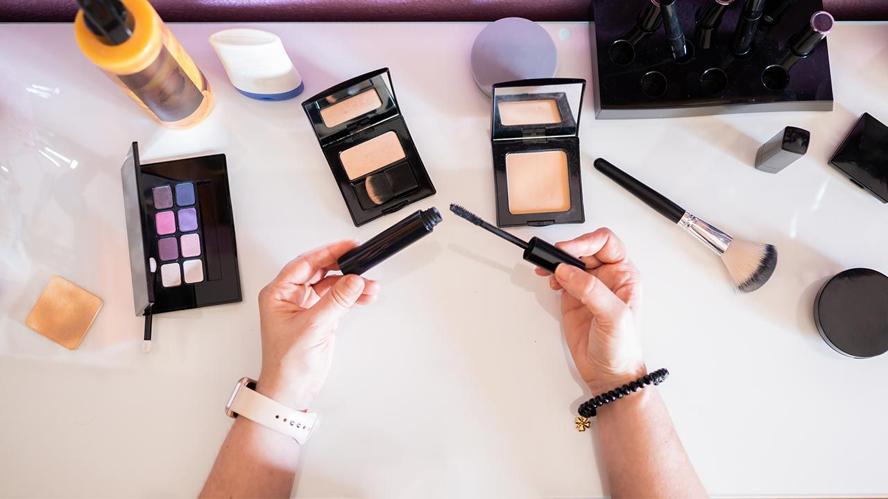 Cómo arreglar productos de maquillaje rotos o secos