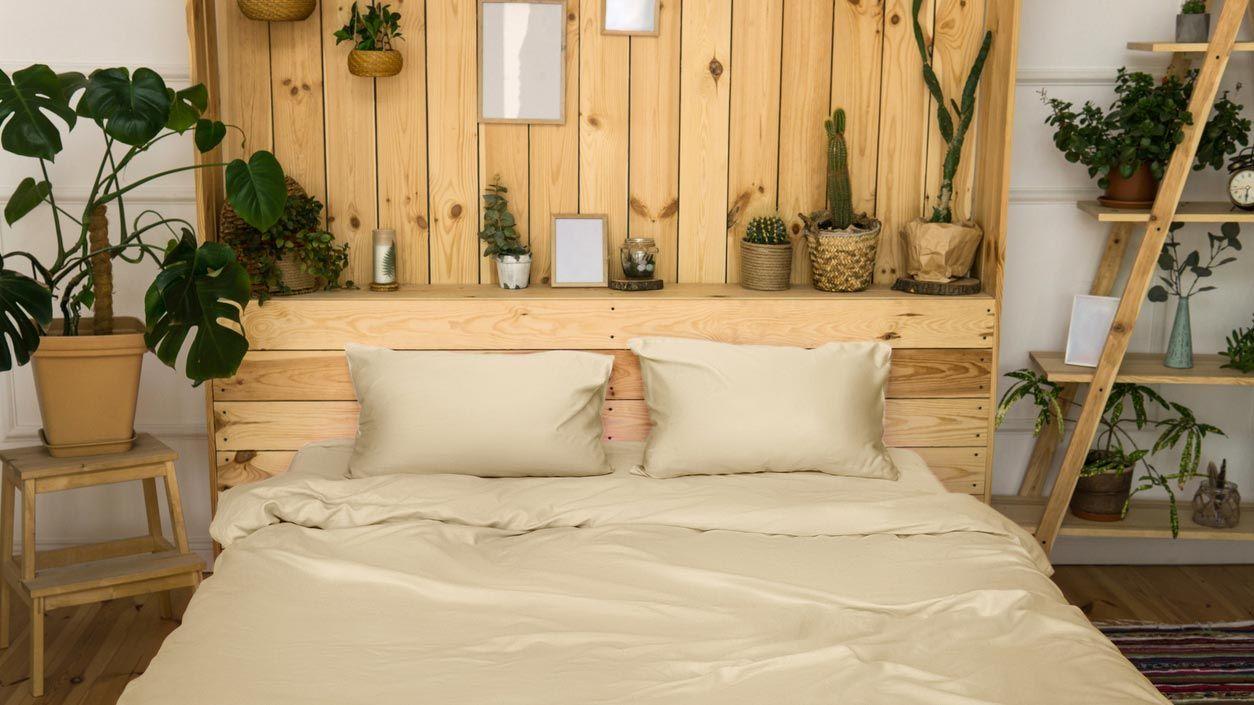 Cabeceros de maderas claras y baldas