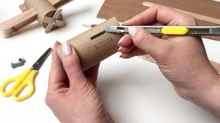 Cómo hacer un avión con el cartón del papel higiénico y palos de polo - Paso 1
