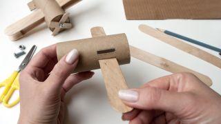 Cómo hacer un avión con el cartón del papel higiénico y palos de polo - Paso 3