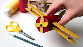 Cómo hacer un avión con el cartón del papel higiénico y palos de polo - Paso 7