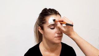 Cómo hacer el maquillaje de caperucita y el lobo - paso 1
