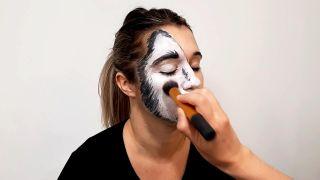 cómo hacer el maquillaje de caperucita y el lobo - paso 3