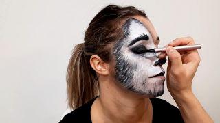 cómo hacer el maquillaje de caperucita y el lobo - paso 5