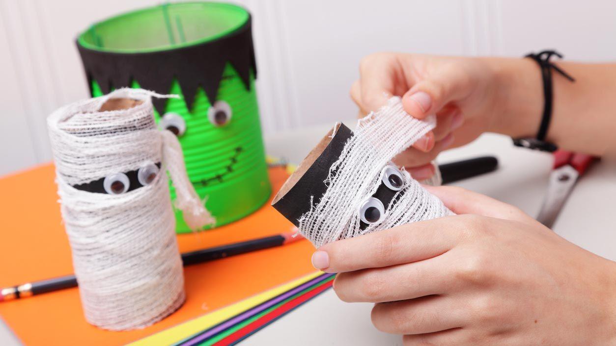Monstruos de Halloween con el cartón del papel higiénico