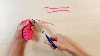 Cómo hacer gorritos de lana en miniatura - Paso 1