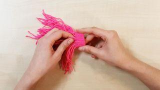 Cómo hacer gorritos de lana en miniatura - Paso 3