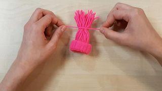 Cómo hacer gorritos de lana en miniatura - Paso 5