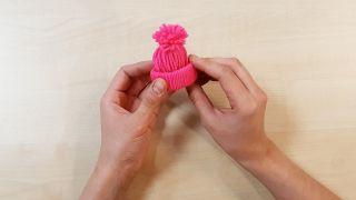 Cómo hacer gorritos de lana en miniatura - Paso 7