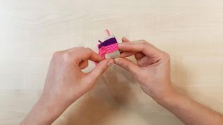 Cómo hacer gorritos de lana en miniatura - Paso 8