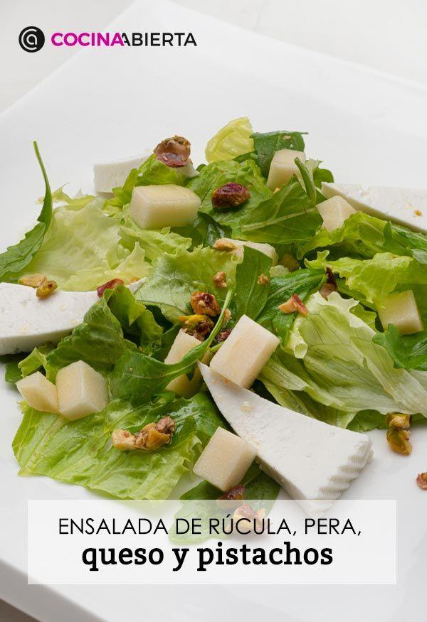 Ensalada de rúcula, pera, queso y pistachos