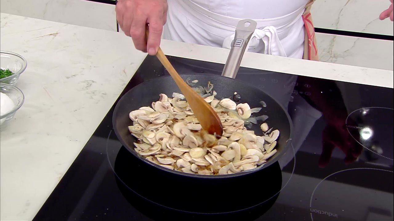 Merluza asada con champiñones