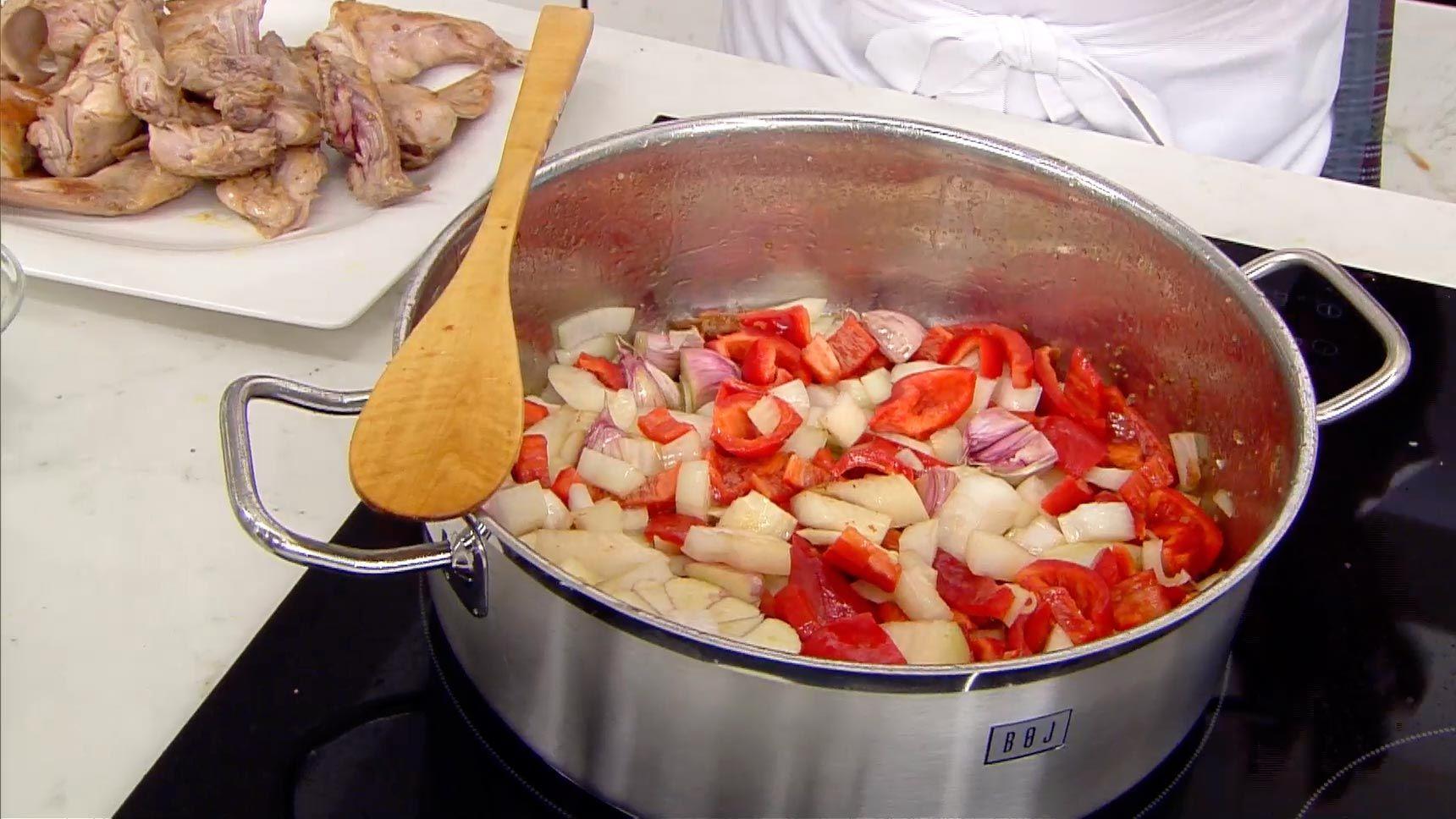Andrajos con conejo, la receta tradicional de Karlos Arguiñano - paso 2
