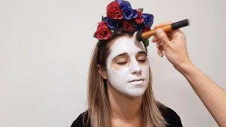 Cómo hacer maquillaje de Catrina o calavera mexicana - paso 1