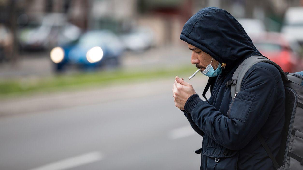 prohibicion-fumar-coronavirus-calle