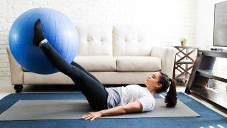 Kit básico para hacer deporte en casa - Fitball o balón suizo