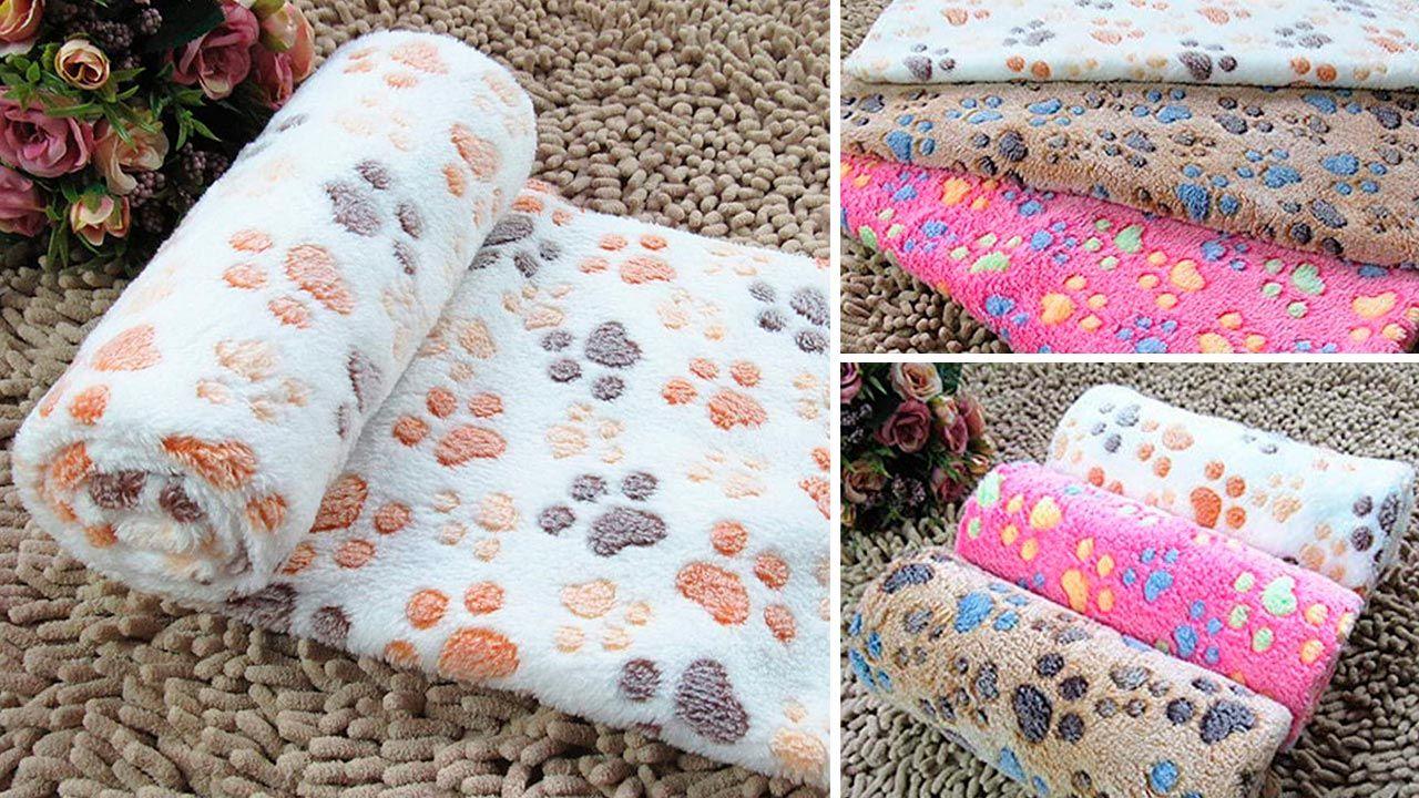 Mantita de lana con dibujos de patitas