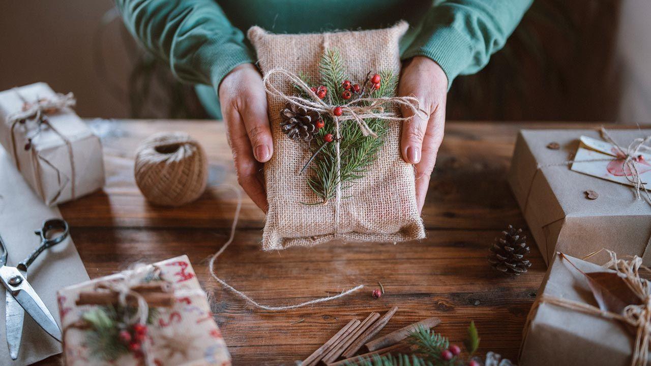 Piñas para adornar un regalo