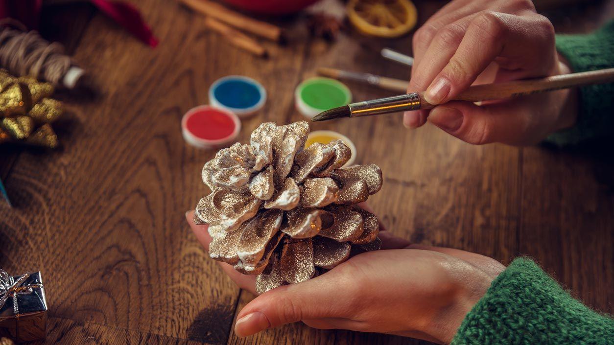 Pintar piñas para decorar en Navidad