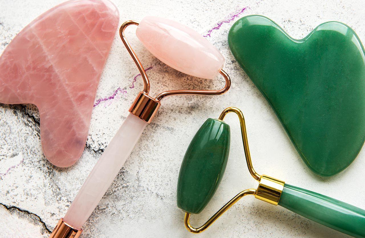 masaje gua sha con piedras de jade y cuarzo rosa