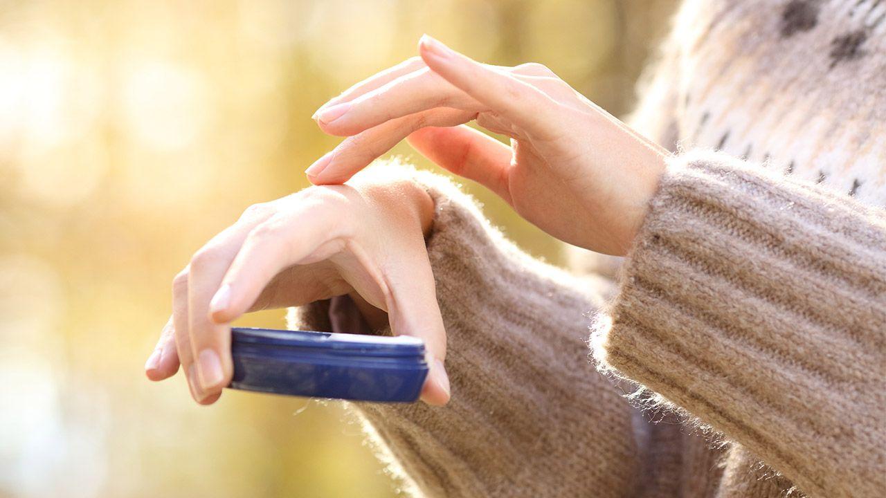 Tips para cuidar tu piel durante el invierno - crema de manos