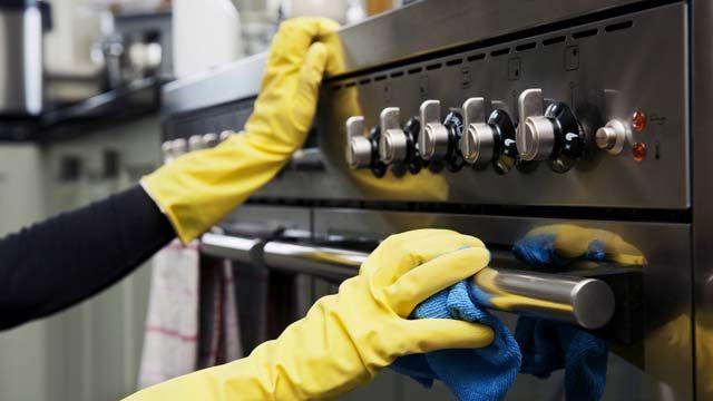 Cómo limpiar la puerta y el cristal del horno