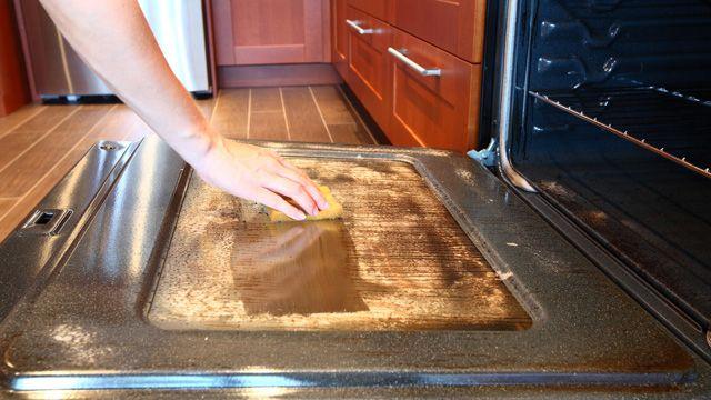 Cómo limpiar la puerta del horno con vinagre