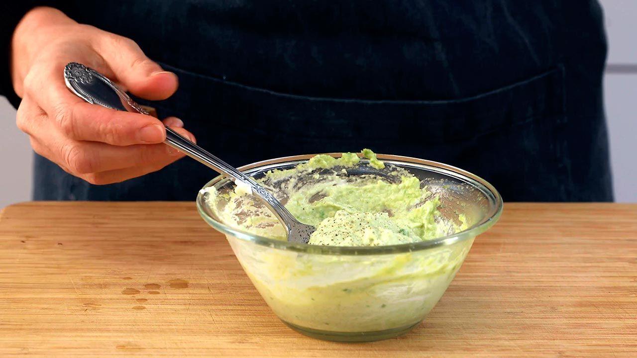 Preparación de la mezcla de aguacate y queso crema