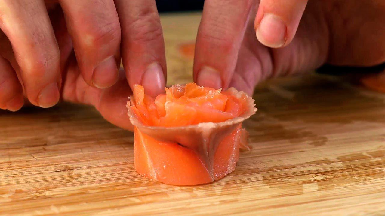 Elaboración de la forma de rosa en el salmón