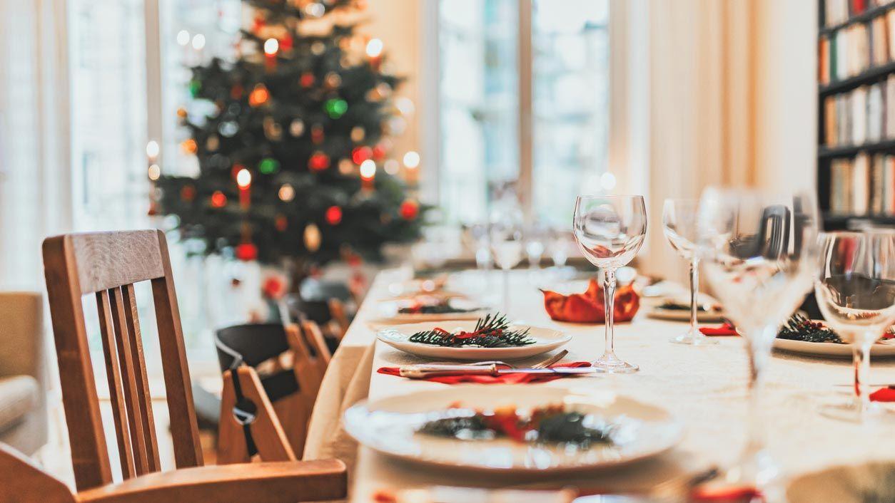 Colocar el árbol de Navidad en el comedor