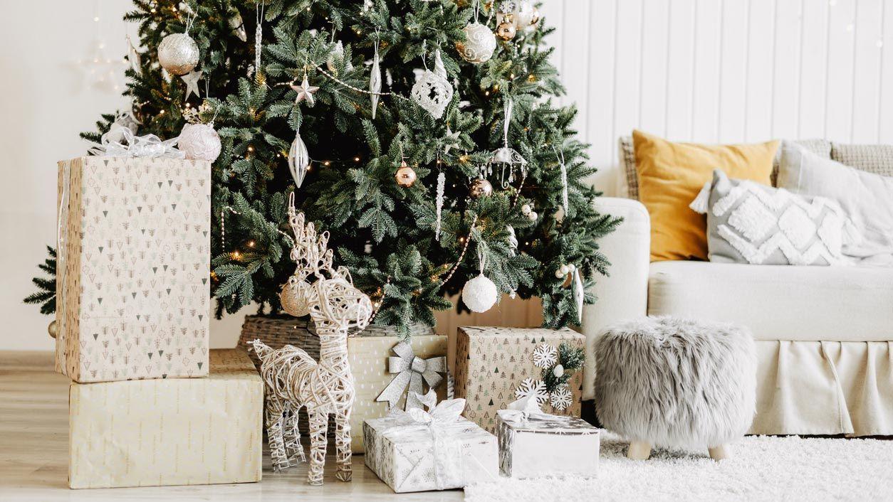 Poner el árbol de Navidad en el salón