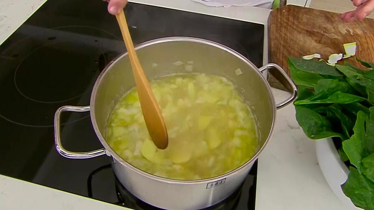 Crema de espinacas con huevo, jamón y piñones
