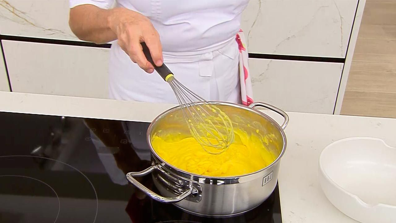 Receta de tarta de yema tostada y crema pastelera casera de Eva Arguiñano - paso 2