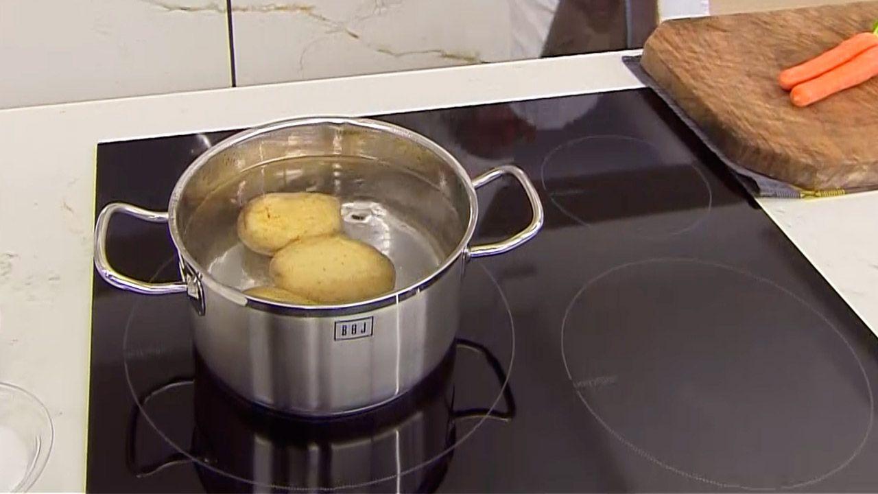 Receta de ensaladilla con langostinos de Karlos Arguiñano - Paso 1
