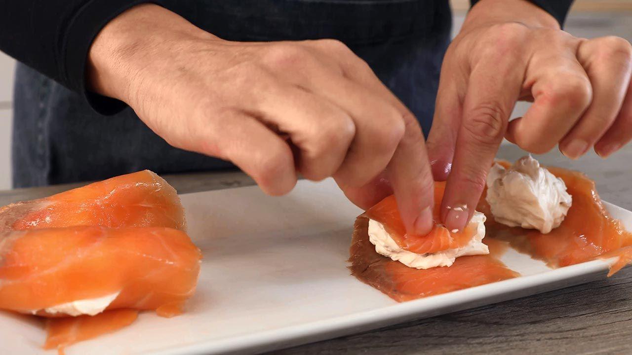 Enrollar el salmón con el queso crema