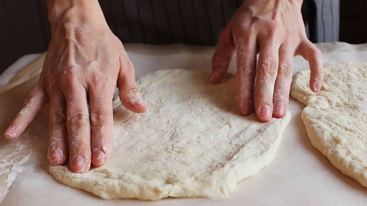 Cómo hacer el pan de queso Khachapuri - dar forma a la masa
