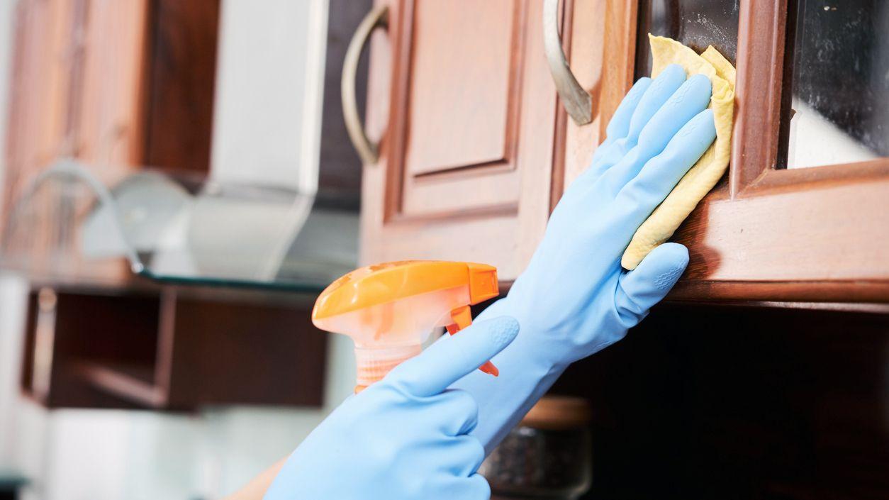 Eliminar manchas de grasa de los armarios de madera o pvc