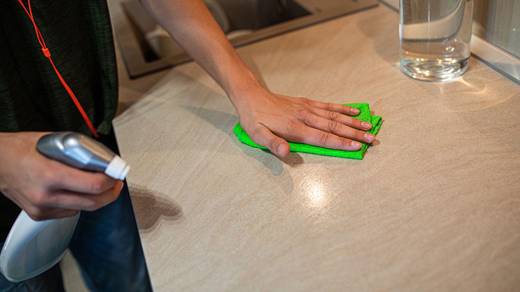 Quitar manchas de aceite de la encimera de la cocina