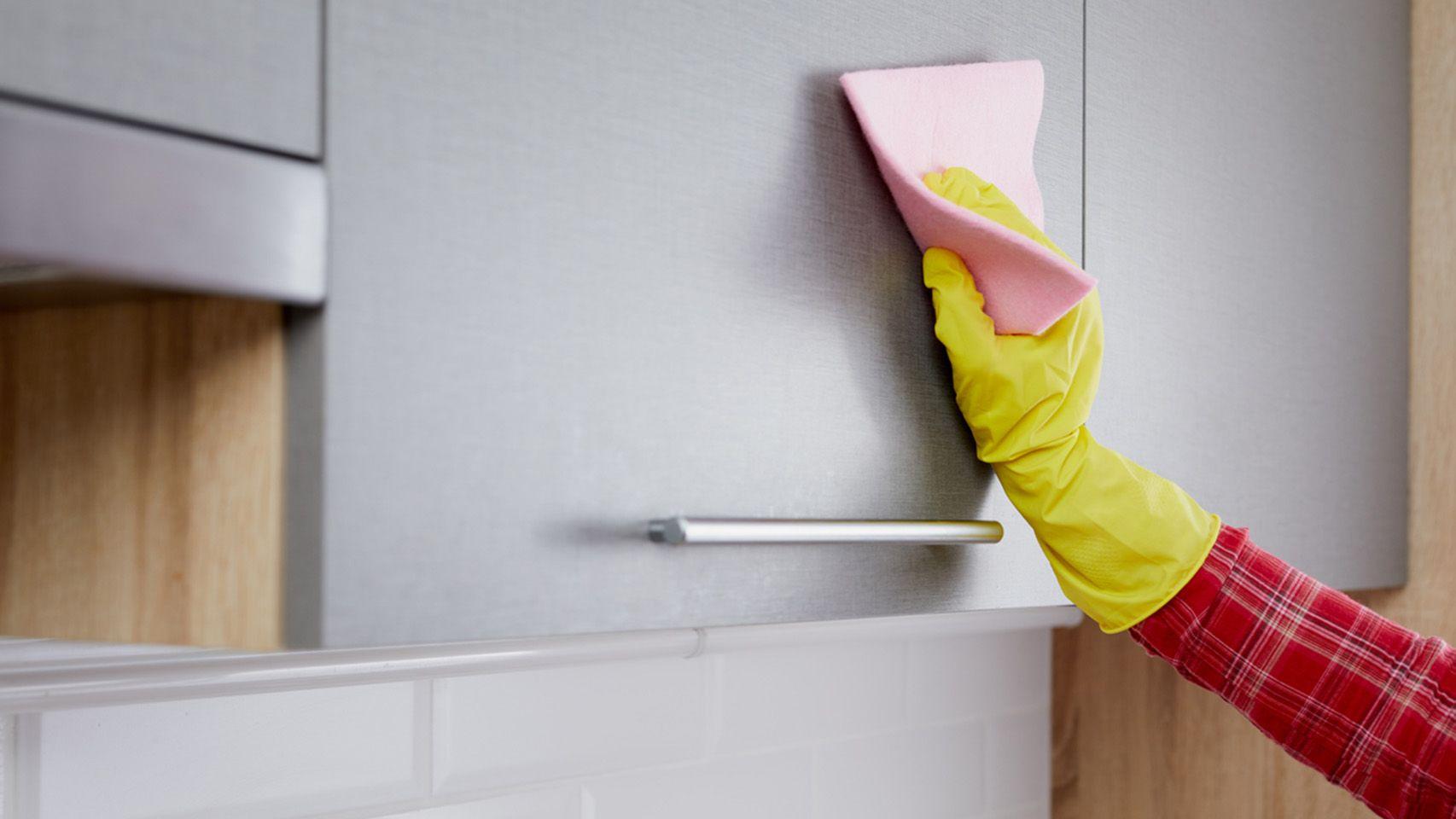 Quitar manchas de los armarios de la cocina con vinagre