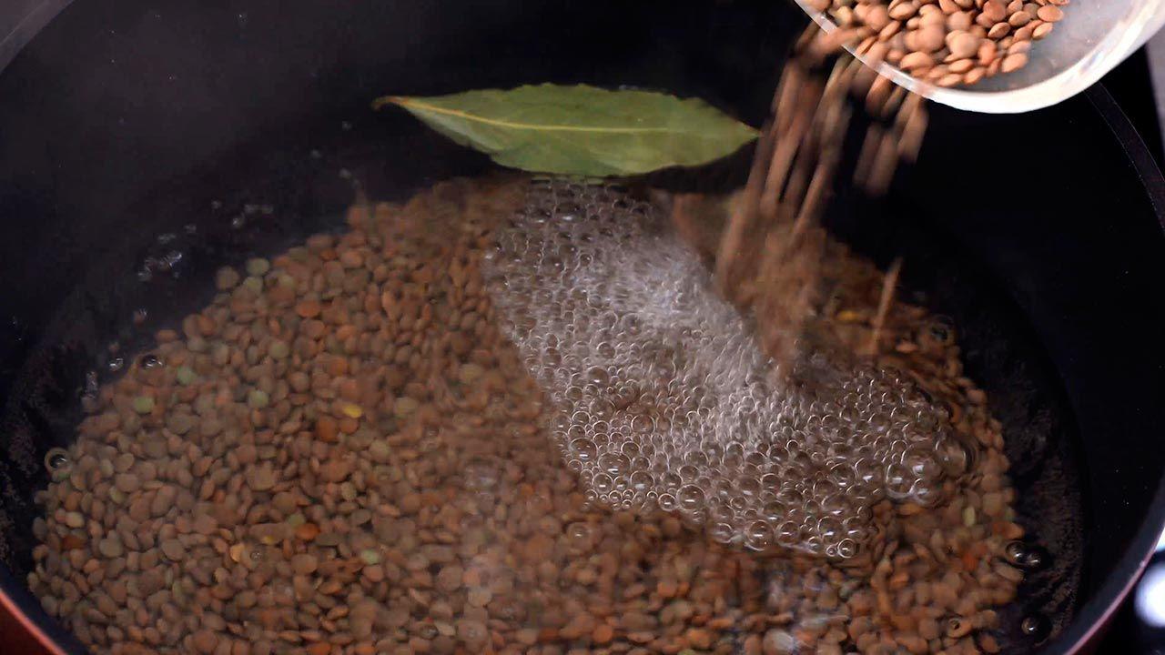 Paso 1 de la receta Ensalada templada de arroz con lentejas