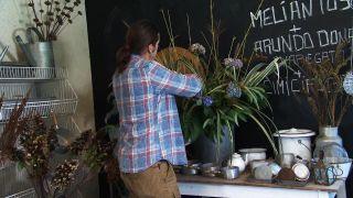 Arreglo floral en tonos crema, verde y azul