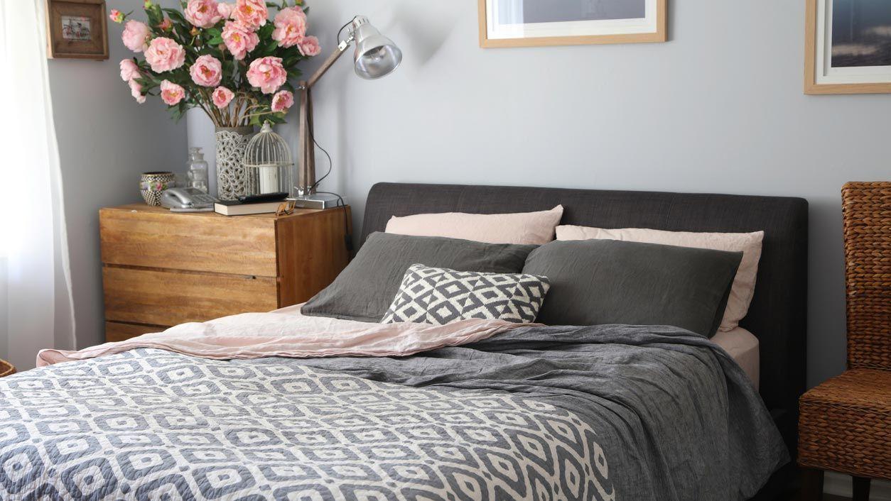 Dormitorio en tonos grises con canapé negro