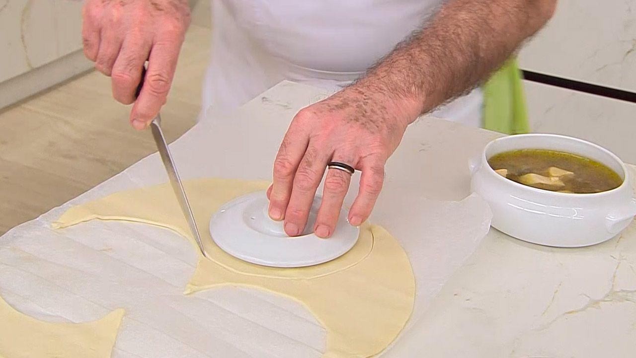 Receta de sopa de trufas con hojaldre por Karlos Arguiñano - Paso 3