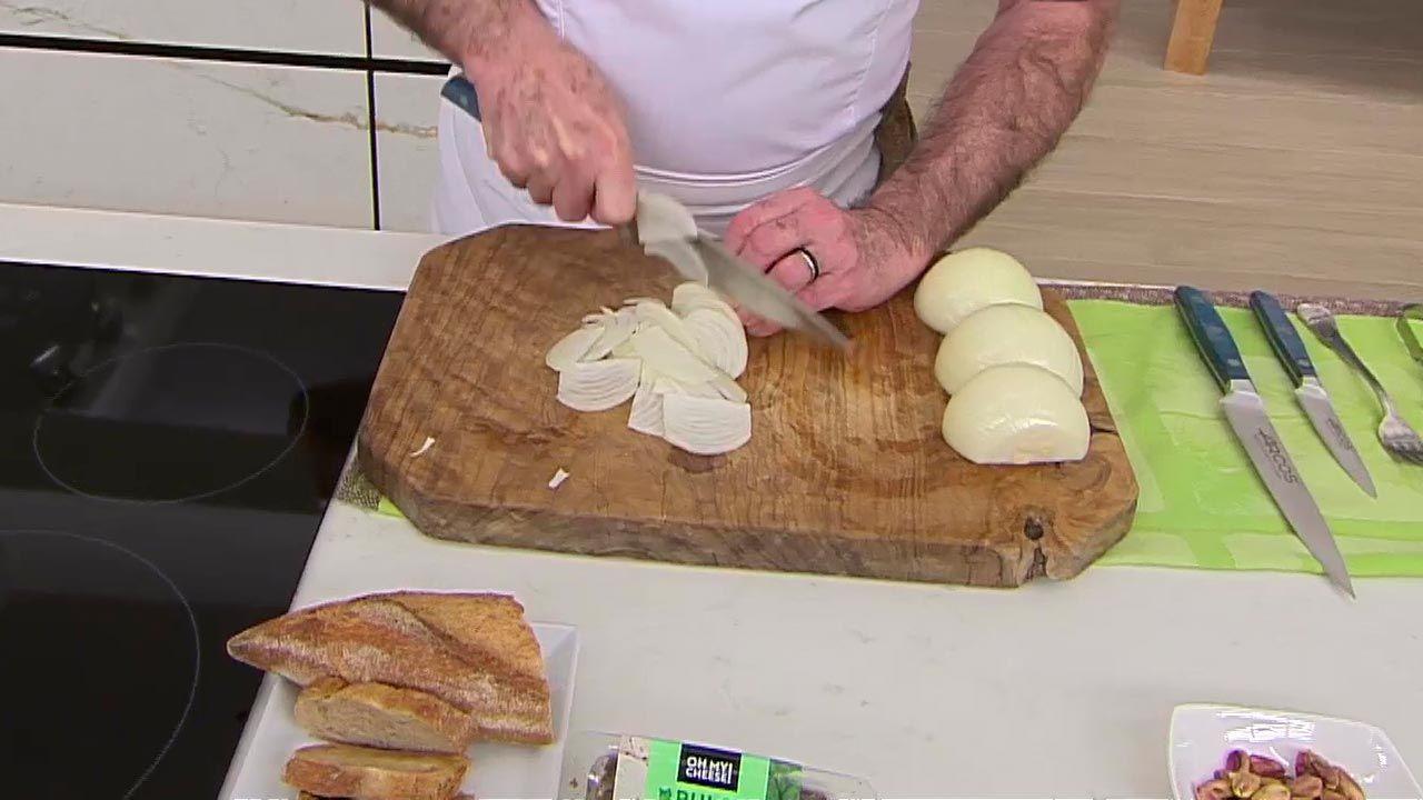 Bocados de queso con cebolla caramelizada