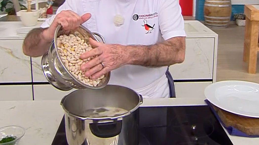 Cocido de acelgas con pringá (en la olla rápida), un potaje tradicional andaluz por Karlos Arguiñano - Paso 2