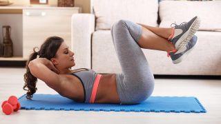 Los ejercicios de fuerza con pesas, ¿antes o después del cardio? - Abdominales